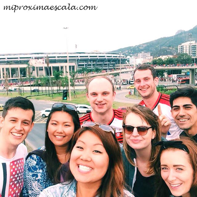 Que viajar solo es aburrido. Quien lo dice? Viaje solo a Brasil y termine viendo un partido en Rio con 7 personas más. Excelente compañía.