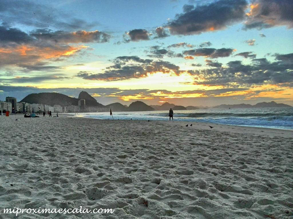 En Rio de Janeiro, decidi ir a ver el amanecer en la playa de Copacabana para eso me levante a las 4:30 de la madrugada.