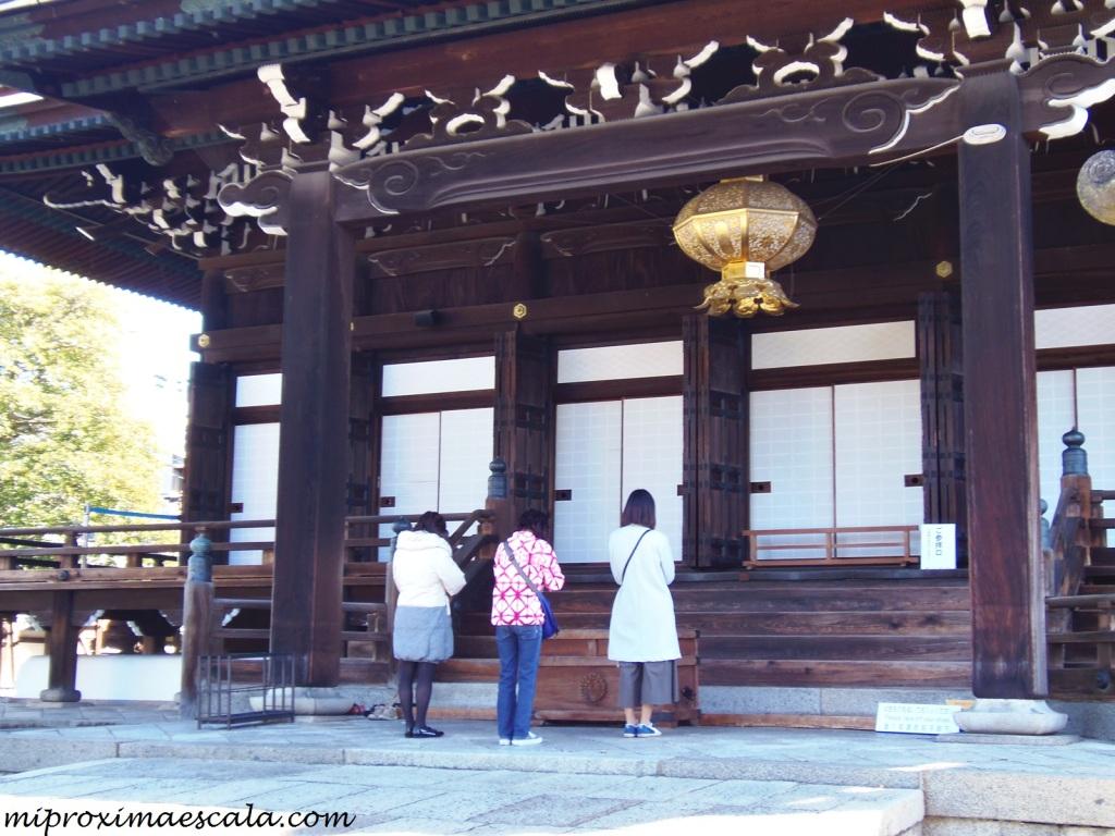 En Japón pasaba varias horas viendo como la gente se oraba en los templos budistas.